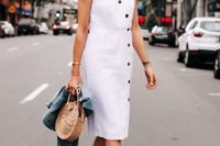 14 a casual white knee summer dress with no sleeves, a V-neckline, black buttons, nudde shoes, a wicker bag and a denim jacket