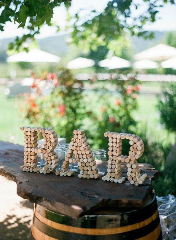 make a pretty bar sign using wine corks easily - a very simple upcycle DIY