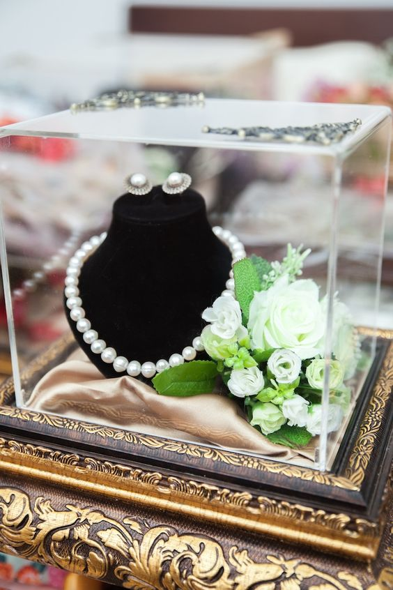 put all your wedding jewelry in one place to avoid looking for these or those pieces and have them altogether