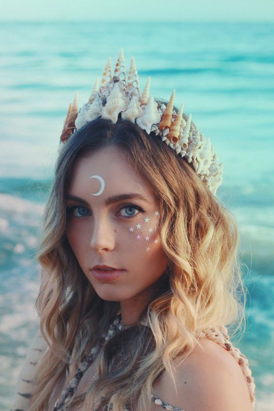 a statement beach wedding crown composed of seashells is a wow accessory for a bold and cool beach look