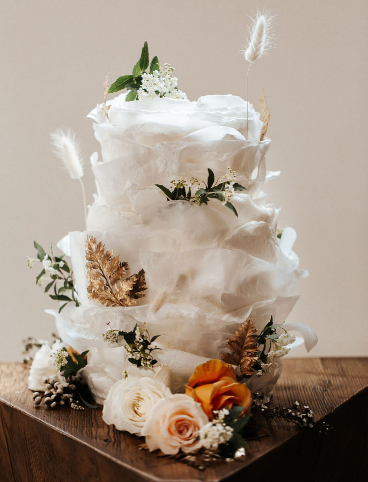 I'm in love with this gorgeous wedding cake with lots of layers and gilded leaves, it looks incredible