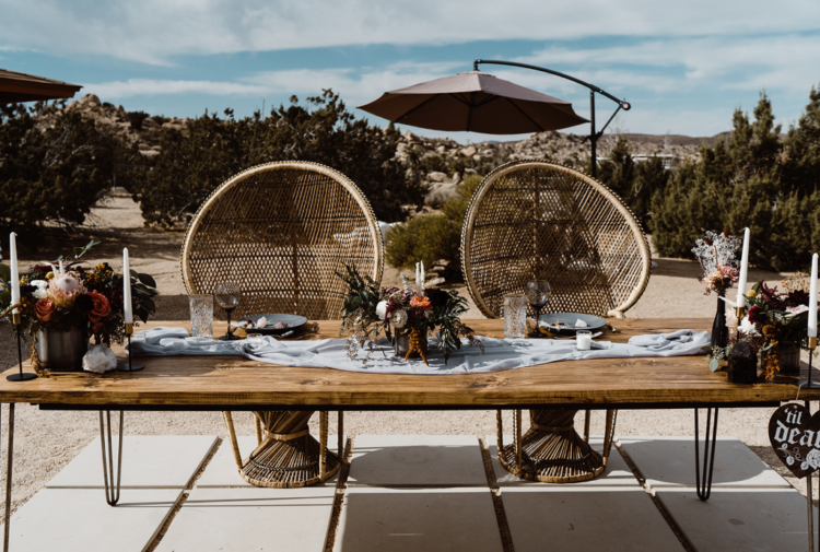 a stylish desert sweetheart table decor