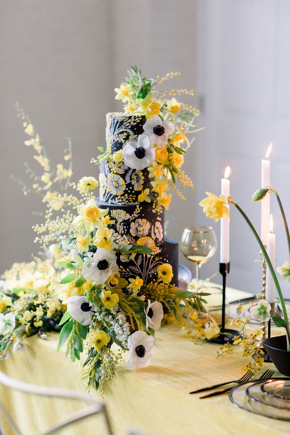 The second wedding cake was a real masterpiece in black, with handpainting and bold yellow and white blooms