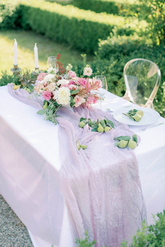 I also love this outdoor styling, with a lavender table runner, greeenery and pears and candles