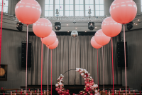 ballons in different colors are perfect to decorate a wedding arch