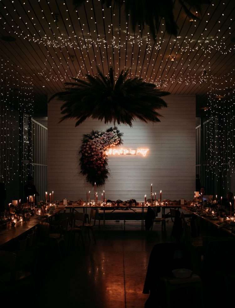 Look how magical is the reception by lights and candles