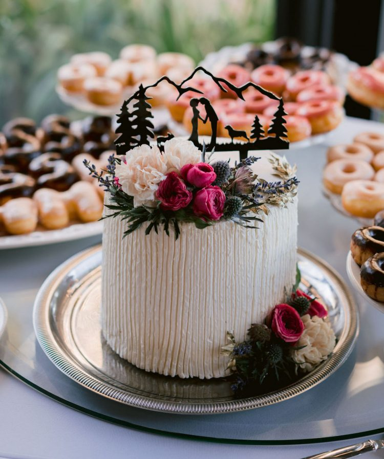 There was a lovely and simple flower topped wedding cake