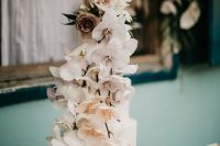 10 The wedding cake was a white marble one, with blush and peachy orchids and roses on top
