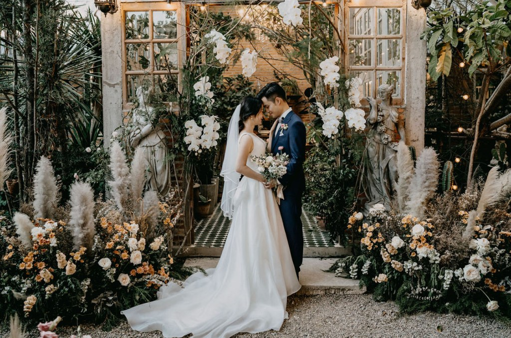 This lovely couple went for a refined modern wedding in Thailand, in a greenhouse cafe and rocked lots of white orchids