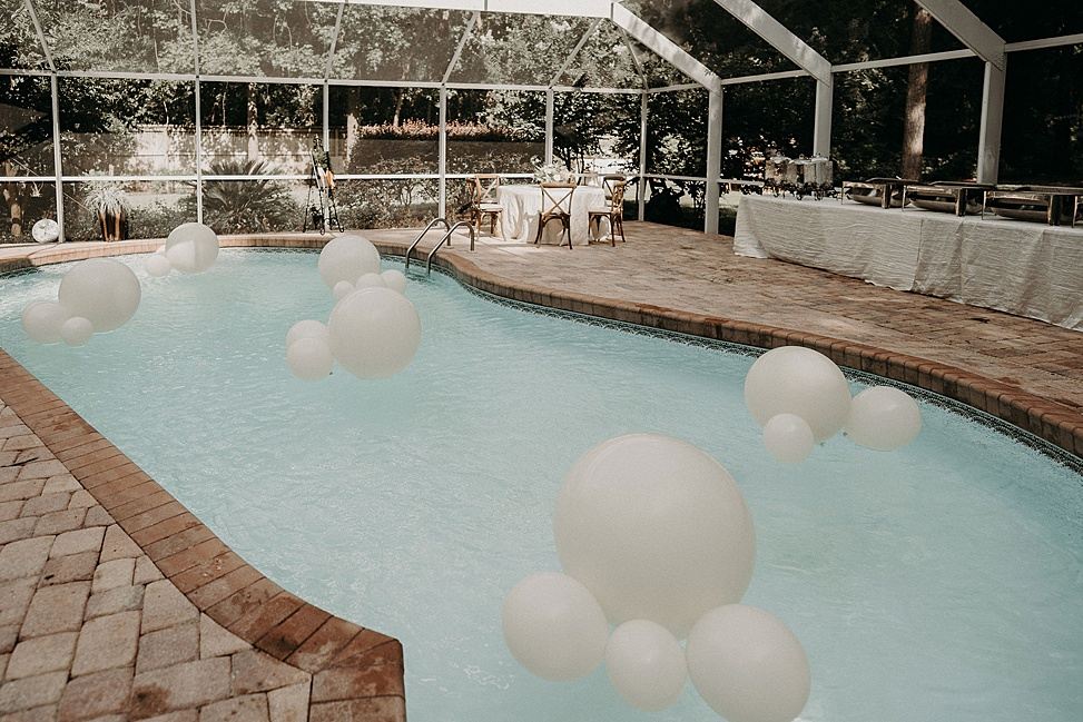 The venue was decorated in a minimal and stylish way, with white balloons and blooms