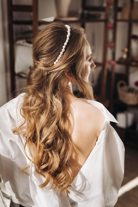 a baroque pearl headband and matching earrings for a modern and very romantic bridal look