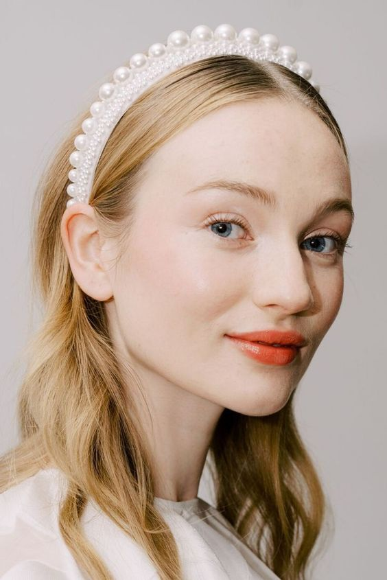 a pearl headband covered with pearls of a smaller and large size for a modern glam bride