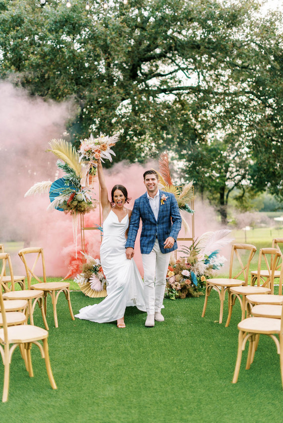 This super bright and fun wedding shoot was inspired by Havana and all things colorful, it's a nice inspiration for those who want colors