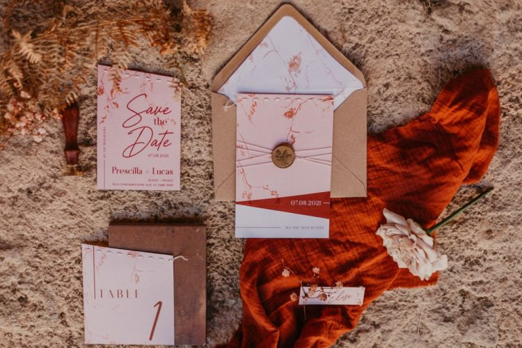 The wedding invitaiton suit was done pink, with red calligraphy and kraft paper envelopes