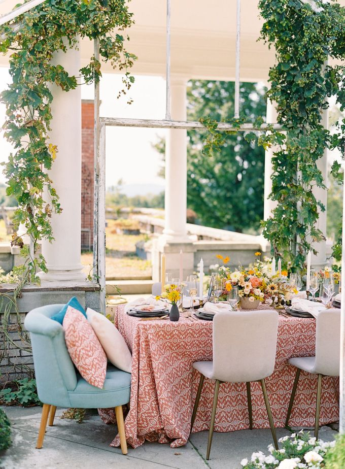The venie was outdoor-indoor, all green and with peaceful views that inspired plenty of pattern and chic retro decor