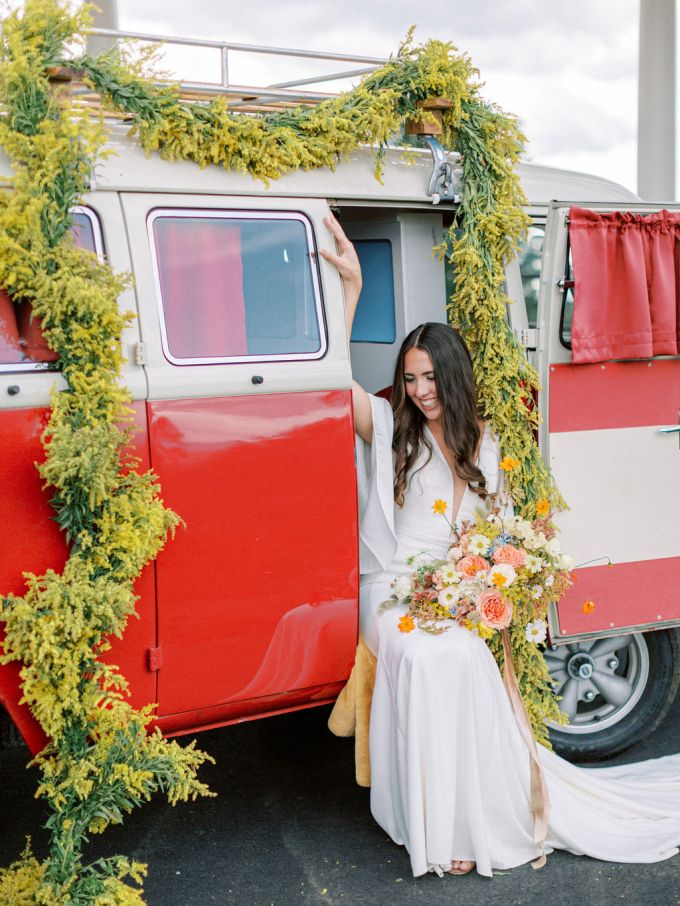 What a retro wedding without a retro van, especially decorated with bold blooms
