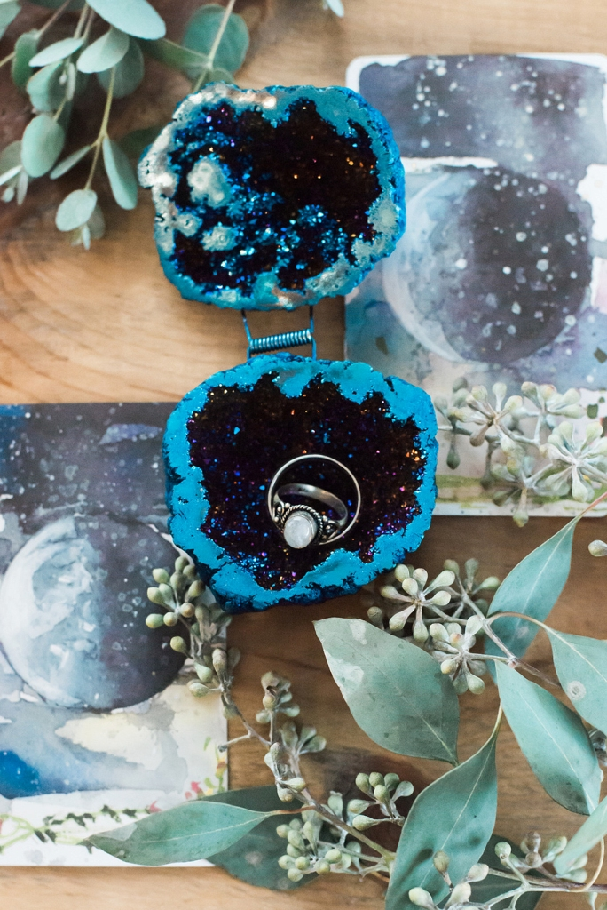 This sparkling celestial wedding ring box is a gorgeous and jaw-dropping idea