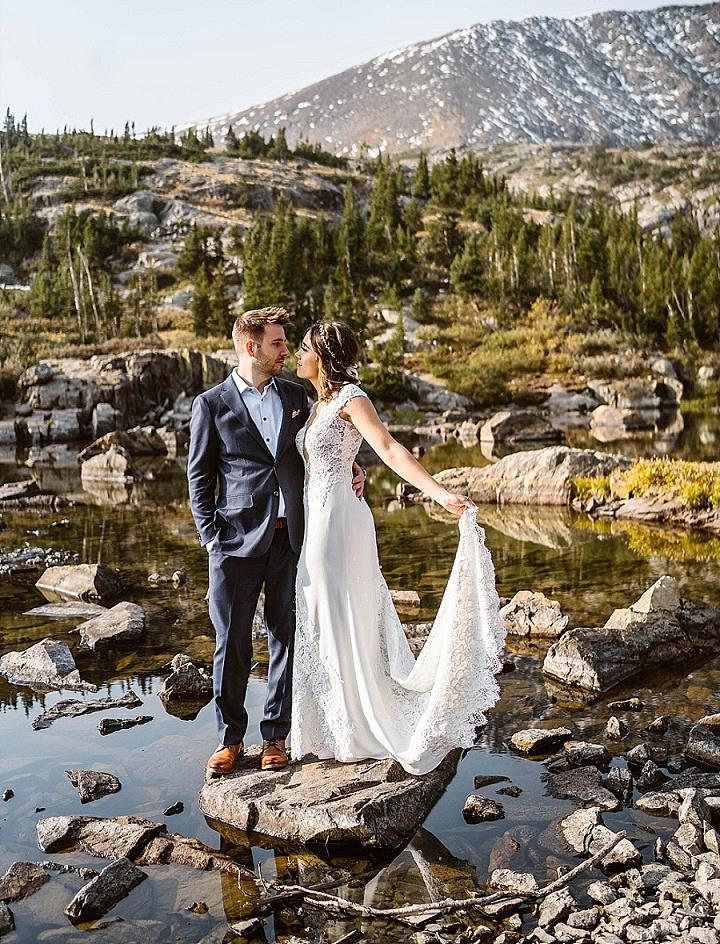 This couple went for a family adventure elopement with rustic decor and in amazing sceneries