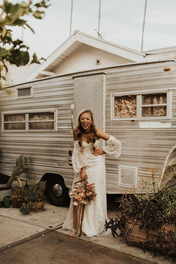 a trailer rented as an additional dressing room for guests is a perfect idea to keep it all comfortable