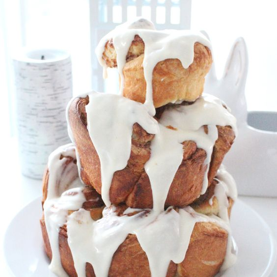 a cinnamon bun wedding cake with white icing is a lovely and cool idea for a relaxed and casual wedding
