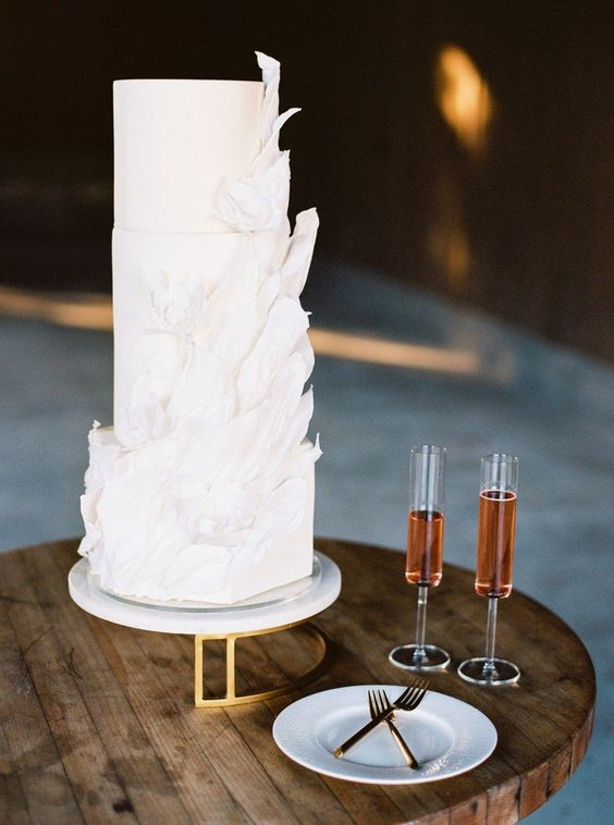 an ethereal white wedding cake with white brushstrokes is a very refined and beautiful idea for a wedding
