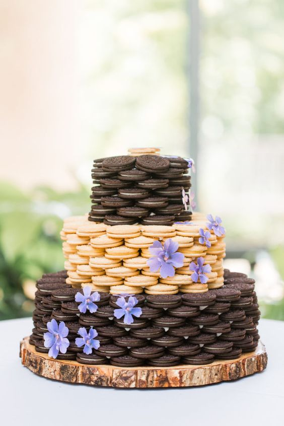 an Oreo cookie wedding cake of vanilla and chocolate cookies and with lilac blooms is a pretty idea