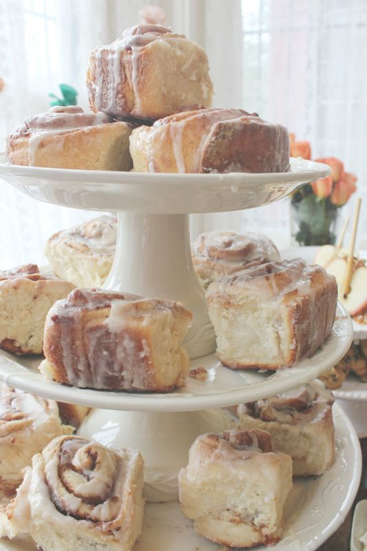 a vintage stand with cinnamon buns is a great alternative to a usual wedding cake, perfect for a micro wedding