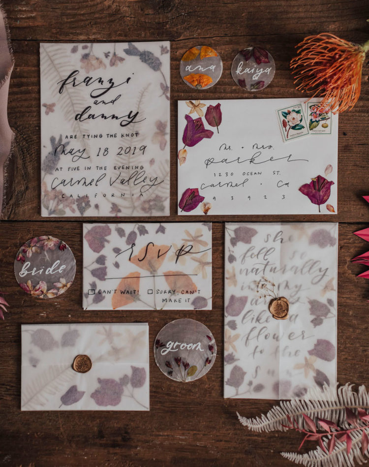 42 gorgeous wedding invitations with pressed flowers and leaves is a stylish idea for a summer or fall wedding