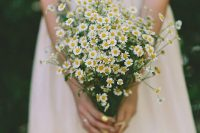 06 a daisy wedding bouquet is an amazing idea for a wildflower or rustic bride, for a woodland or boho one and looks cool