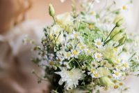 07 a very simple wedding bouquet of daisies, some white dahlias and fillers is a lovely idea for a relaxed and wildflower spring or summer wedding