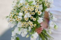 08 simple white blooms paired with daisies is a chic and lovely idea for a relaxed or boho spring or summer wedding
