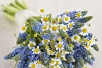 35 a lovely wedding bouquet of hyacinths and daisies is a cool idea for a spring wedding, for a rustic, boho or woodland