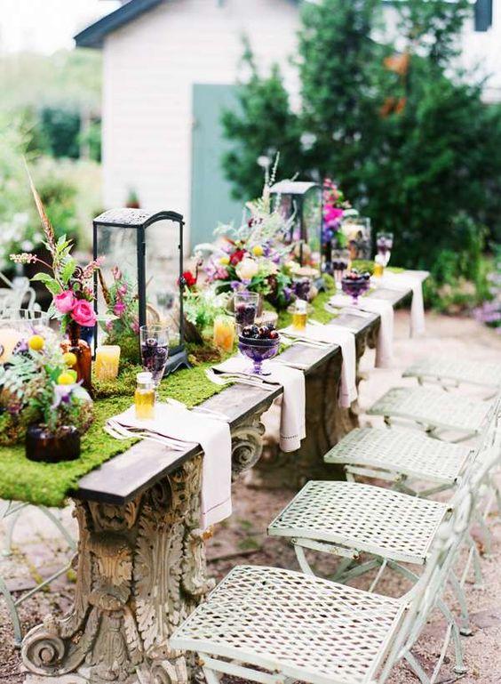 a moss table runner is a very cool decor idea for an outdoor wedding