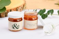 08 personalized wedding honey jars are great for an eco-friendly wedding, they are delicious gifts