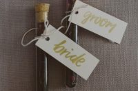 10 your favorite tea blends packed in test tubes are a great idea for any wedding, and you will personalize your wedidng like that