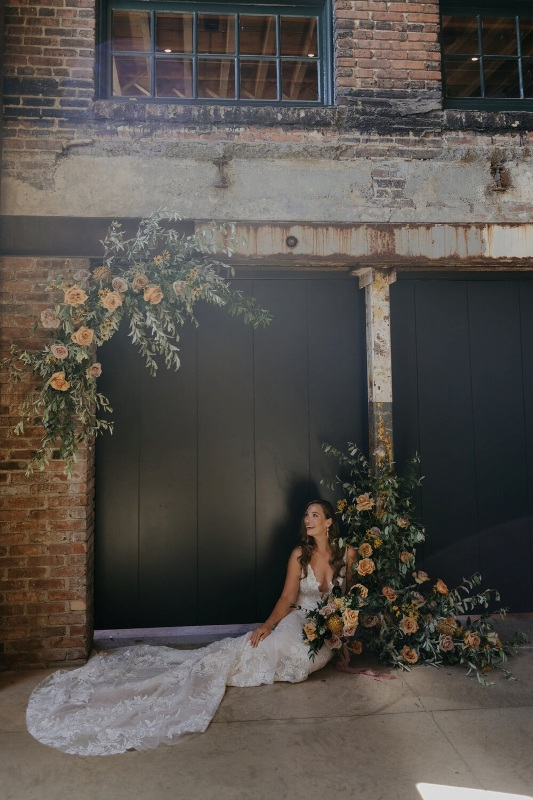 a simple modern fall wedding altar composed of greenery and rust-colored roses is a very stylish and cool idea