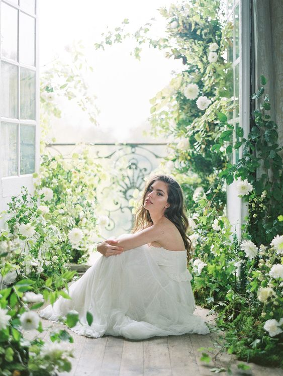 an overgrown flower space with lots of greenery - a real garden turned into a bride's room for preparations is a lovely idea