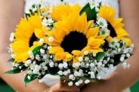 a classic rustic wedding bouquet with sunflowers and baby's breath and daisies is a very cool and bright idea and you can DIY it