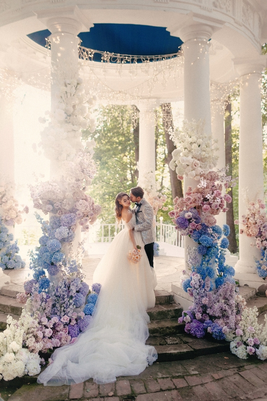 a fantastic wedding altar decorated with ombre blooms from white to pink, blue, lilac and white is amazing
