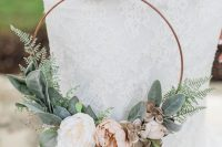 a subtle hoop wedding bouquet of pale and usual greenery and pastel blooms is a very chic and refined idea for a modern romantic bride