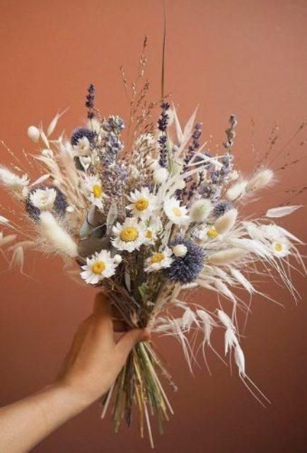 a very cute and simple summer dried wedding bouquet of lavender, allium, daisies, bunny tails is easy to make yourself and it looks cool