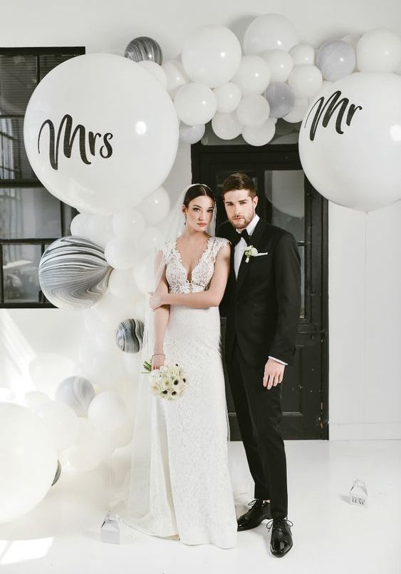 an entrance styled with a chic white, grey, white marble balloon garland is a very fresh, modern and cool idea to rock
