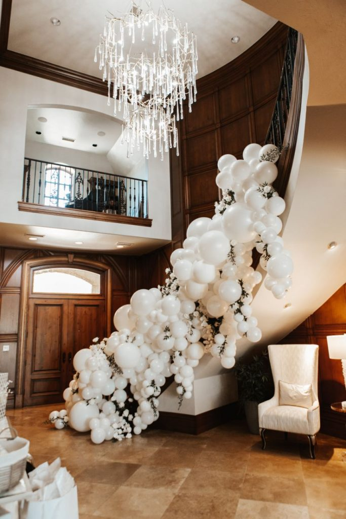 cool ladder decor with balloons