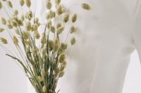 08 a dried grass wedding bouquet is a great idea for a minimalist bride, for a non-floral wedding, and dried bouquets are super trendy