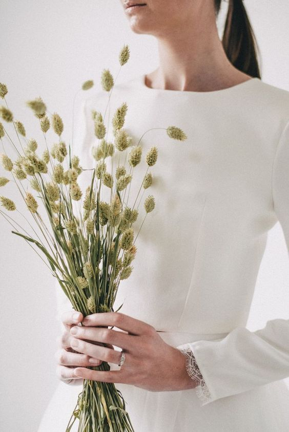 a dried grass wedding bouquet is a great idea for a minimalist bride, for a non-floral wedding, and dried bouquets are super trendy