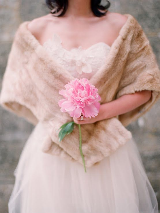 a single pink peony looks cute and girlish, ideal for the brides who want to look even more feminine