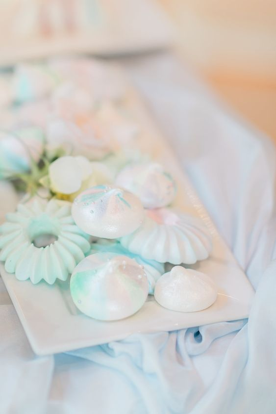 lovely iridescent wedding desserts are amazing to serve at your wedding, they will highlight the color scheme