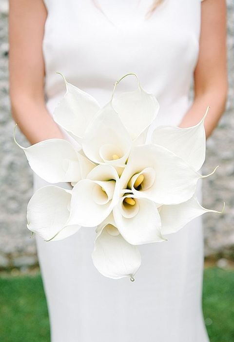 a pretty and bold white calla wedding bouquet is what a refined minimalist bride needs, and it's great for many seasons and locations