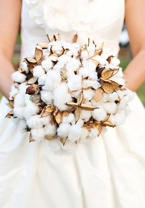 a creative fall or winter wedding bouquet made of cotton and dried elements shaped as a ball is a chic and cozy idea for a cold season