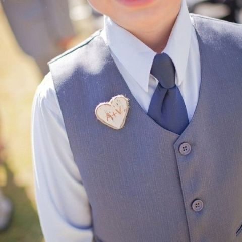a mini heart-shaped and burnt wooden boutonniere is a lovely and chic idea to rock
